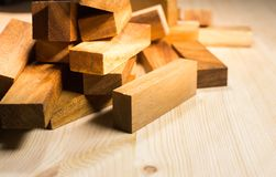 Holzklotzhintergrund, hölzernes Spielzeug Stockfoto