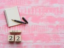 Holzklotzkalender für Welttag der erde am 22. April, Holzklotz Stockfotos