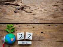 Holzklotzkalender für Welttag der erde am 22. April, Holzklotz Stockbild