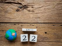 Holzklotzkalender für Welttag der erde am 22. April, Holzklotz Stockbilder