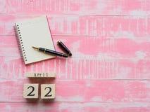 Holzklotzkalender für Welttag der erde am 22. April, Holzklotz Lizenzfreies Stockbild