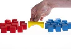 Holzklotzkonzept: Aufbauen einer Brücke zwischen zwei Gruppen Lizenzfreie Stockfotos