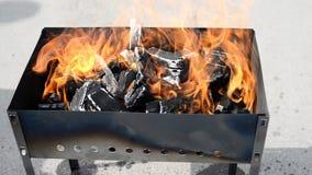 Holzkohle auf Feuer in einem BBQ-Grill stock video