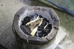 Holzkohle auf Ofen Stockbild