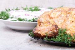 Holzkohle gebackenes Huhn und Beilagen Stockfoto