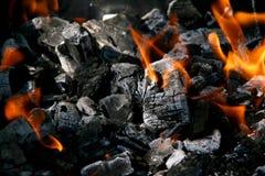 Holzkohle mit Feuer Stockbild