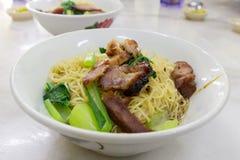 Holzkohle Siew-Grill-Schweinefleisch-mutwillige Nudeln auf Tabellen-Nahaufnahme Stockfotos
