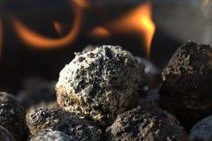 Holzkohle und Feuer Stockfotos