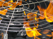 Holzkohlen mit Feuer für BBQ Lizenzfreies Stockfoto