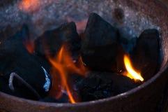 Holzkohlenflamme und -glut Stockbild