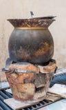 Holzkohlenofen mit dem klebrigen Reis, der Topf kocht Lizenzfreies Stockbild