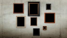 Holzrahmen auf Betonmauer Stockfoto