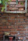 Holzrahmen auf einer Wand im Garten Stockfoto