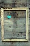 Holzrahmen der Weinlese mit Herzen auf einem Schmutzhintergrund Lizenzfreie Stockfotografie