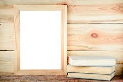 Holzrahmen des Modells und alte Bücher auf einem hölzernen Hintergrund Stockfoto