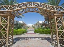 Holzrahmen in einem Hotelgarten Lizenzfreie Stockfotografie