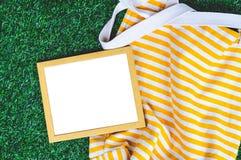 Holzrahmen-grünes Gras-Hintergrund Stockfoto