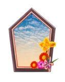 Holzrahmen mit Blume am Eck- und blauer Himmelraum nach innen Stockfotografie