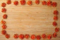 Holzrahmen mit roten Blumen Stockfoto