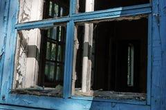 Holzrahmen von zerbrochenen Fensterscheiben in einem verlassenen Haus lizenzfreies stockfoto