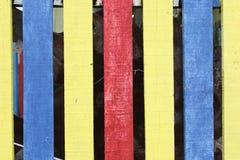 Holzregale mit defferent Farben Stockfotos