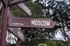 Holzschild, das in Richtung zu Moskau zeigt lizenzfreie stockfotografie