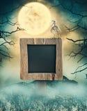 Holzschild in der dunklen Landschaft mit gespenstischem Mond Halloween-Design stockfotografie