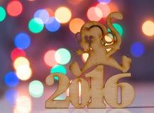 Holzschild des Affen und incsription von 2016-jährigem Stockfoto