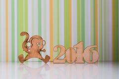 Holzschild des Affen und incsription von 2016-jährigem Lizenzfreies Stockfoto