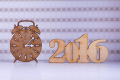 Holzschild des Weckers und der Aufschrift von 2016-jährigem auf Flieder Stockfotografie