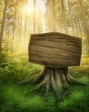 Holzschild im Wald Stockfoto