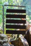 Holzschild im Waldhintergrund stockbild