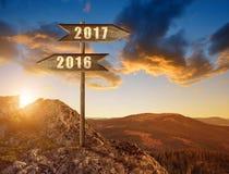 Holzschild mit Text 2016 und 2017 bei Sonnenuntergang Stockfotos