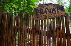 Holzschild privat auf dem Zaun lizenzfreie stockfotos