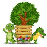 Holzschildschablone mit Krokodil zwei Lizenzfreie Stockbilder
