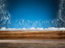 Holzschwelle und gefrorenes Fenster Abstraktes Hintergrundmuster der weißen Sterne auf dunkelroter Auslegung Stockfoto
