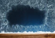 Holzschwelle und gefrorenes Fenster Abstraktes Hintergrundmuster der weißen Sterne auf dunkelroter Auslegung Stockbild