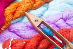Holzspule und bunter roher Thread Lizenzfreies Stockbild