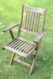 Holzstühle auf dem Rasen Stockfoto