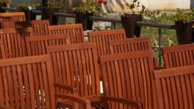 Holzstühle auf der Straße Stühle für Café stock footage