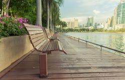 Holzstühle auf der Ufergegend Lizenzfreie Stockfotografie