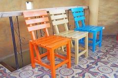 Holzstühle auf Keramikfliesenboden Stockfotos