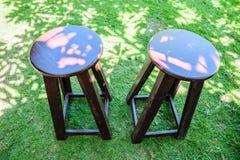 Holzstühle coupleOn der Rasen Lizenzfreies Stockbild