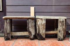 Holzstühle, damit Sie sitzen und sich entspannen lizenzfreie stockbilder