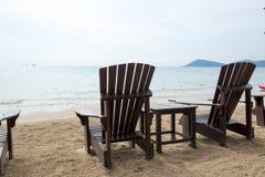Holzstühle für Ferien und entspannen sich am Strand Stockbild