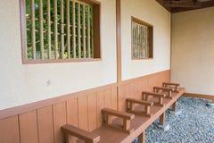 Holzstühle im Park Lizenzfreies Stockfoto