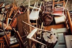 Holzstühle und Weinlesestühle, geworfen in die Straße Stockfoto