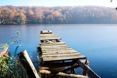 старый док шлюпки на озере стоковое изображение rf