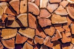 Holzstoß für Brennholz stockfotografie