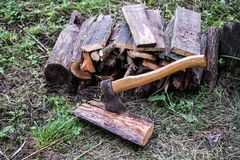 Holzstoß mit Axt Lizenzfreie Stockbilder